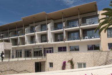 hotel-baie-des-anges-thalazur-antibes-facade-2-1